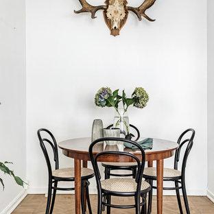 Idéer för en liten minimalistisk separat matplats, med vita väggar, mellanmörkt trägolv och beiget golv