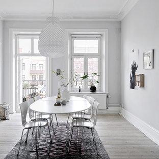 Inredning av en nordisk matplats, med ljust trägolv, grå väggar och beiget golv