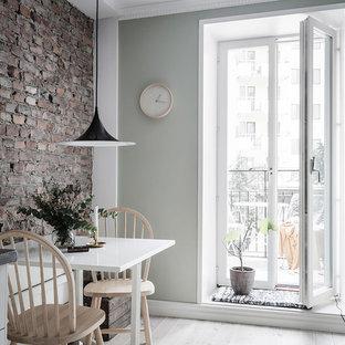 Inspiration för små nordiska kök med matplatser, med flerfärgade väggar, ljust trägolv och beiget golv