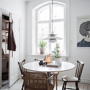 Nordisk inredning av ett litet kök med matplats, med vita väggar, målat trägolv och vitt golv