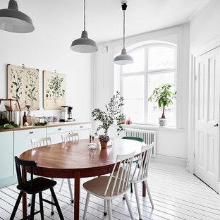 Idéer för mellanstora nordiska kök med matplatser, med vita väggar, målat trägolv och vitt golv