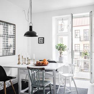 Idéer för att renovera ett mellanstort nordiskt kök med matplats, med vita väggar, ljust trägolv och beiget golv