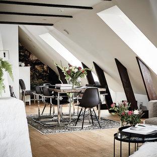 Inspiration för stora skandinaviska matplatser, med vita väggar och ljust trägolv