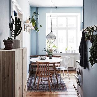 Skandinavisk inredning av ett mellanstort kök med matplats, med blå väggar, mellanmörkt trägolv och brunt golv