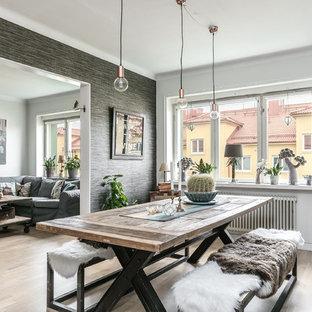 Bild på en mellanstor eklektisk separat matplats, med grå väggar och ljust trägolv
