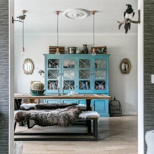 Inspiration för en mellanstor eklektisk separat matplats, med ljust trägolv, beiget golv och grå väggar