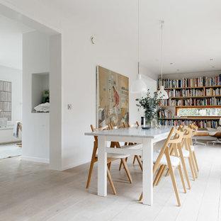 Cette photo montre une très grande salle à manger ouverte sur la cuisine scandinave avec un mur blanc et un sol en bois peint.