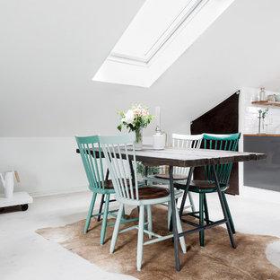 Foto på en mellanstor nordisk matplats med öppen planlösning, med vita väggar, ljust trägolv och vitt golv