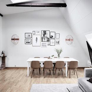 Skandinavisk inredning av en matplats, med vita väggar, ljust trägolv och beiget golv