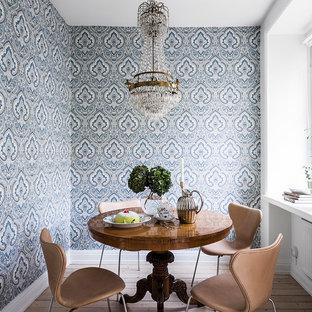 Bild på en liten vintage separat matplats, med blå väggar, ljust trägolv och beiget golv