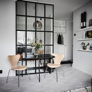 Minimalistisk inredning av en liten matplats, med vita väggar, ljust trägolv och grått golv