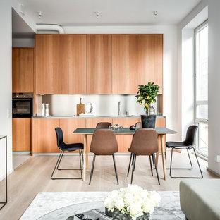 Idéer för att renovera en liten funkis matplats med öppen planlösning, med vita väggar, ljust trägolv och beiget golv