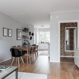Idéer för nordiska matplatser med öppen planlösning, med grå väggar, mellanmörkt trägolv och brunt golv