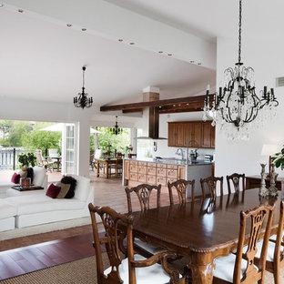 Inspiration för en stor vintage matplats med öppen planlösning, med vita väggar och mellanmörkt trägolv