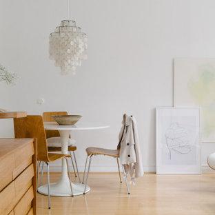 Inspiration för en mellanstor nordisk matplats med öppen planlösning, med vita väggar, ljust trägolv och beiget golv