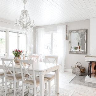Exempel på en mellanstor shabby chic-inspirerad matplats, med vita väggar och ljust trägolv