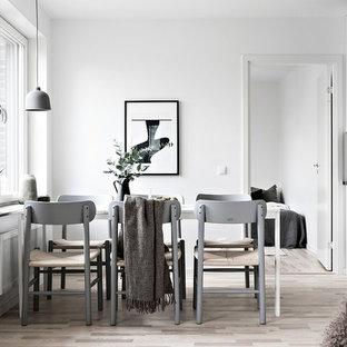 Inspiration för en minimalistisk matplats med öppen planlösning, med vita väggar, ljust trägolv och beiget golv