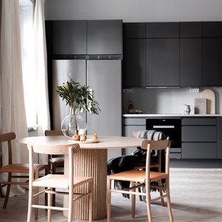 Bild på ett funkis kök med matplats, med grå väggar, ljust trägolv och beiget golv