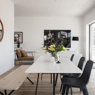 Foto på en mellanstor minimalistisk matplats med öppen planlösning, med vita väggar, beiget golv och ljust trägolv