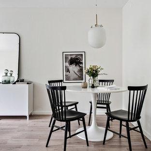 Inredning av en skandinavisk mellanstor matplats, med beige väggar, ljust trägolv och beiget golv