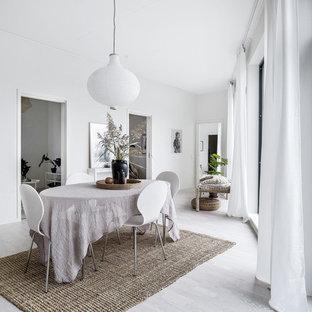 Nordisk inredning av en matplats, med vita väggar, ljust trägolv och grått golv