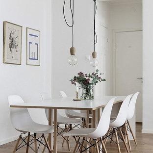 Idéer för att renovera en mellanstor skandinavisk matplats, med vita väggar, mellanmörkt trägolv och brunt golv