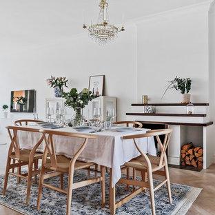 Idéer för att renovera en nordisk matplats, med vita väggar, ljust trägolv, en standard öppen spis och en spiselkrans i trä