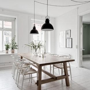 Inspiration för ett skandinaviskt kök med matplats, med vita väggar, målat trägolv och vitt golv