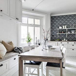 Idéer för mellanstora minimalistiska kök med matplatser, med målat trägolv, vitt golv och vita väggar