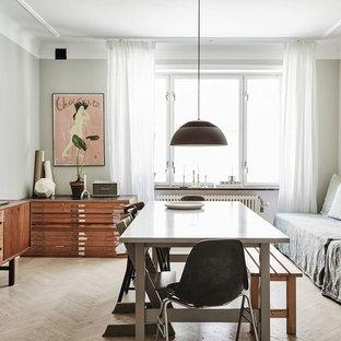 Nordisk inredning av en mellanstor separat matplats, med grå väggar, ljust trägolv och beiget golv