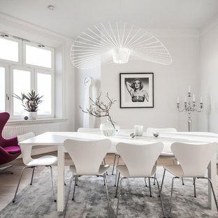 Bild på en skandinavisk separat matplats, med vita väggar, ljust trägolv och beiget golv