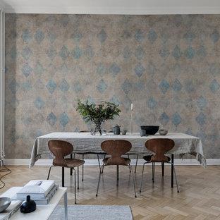 Inspiration för en nordisk matplats med öppen planlösning, med vita väggar, ljust trägolv och beiget golv