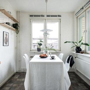 Exempel på en nordisk matplats, med vita väggar och grått golv