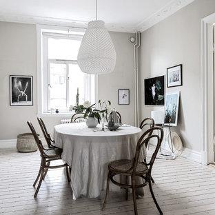 Inspiration för stora minimalistiska matplatser, med vita väggar, ljust trägolv och beiget golv