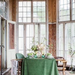 Inredning av en shabby chic-inspirerad mellanstor matplats, med mellanmörkt trägolv och brunt golv