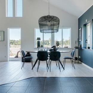 Inspiration för stora skandinaviska matplatser med öppen planlösning, med ljust trägolv, vita väggar och beiget golv