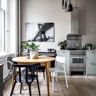 Bild på ett minimalistiskt kök med matplats, med grå väggar, ljust trägolv och beiget golv