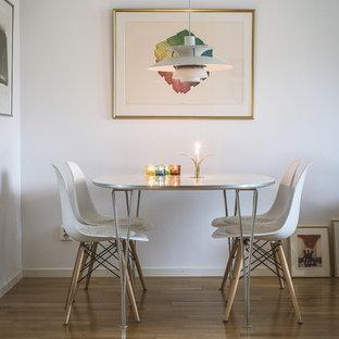 Idéer för en modern matplats, med vita väggar, mellanmörkt trägolv och brunt golv