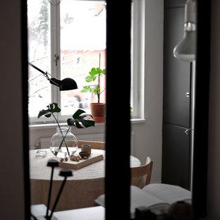 Diseño de comedor escandinavo, pequeño, abierto, sin chimenea, con paredes blancas, suelo de madera clara y suelo blanco