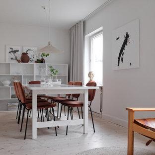 Idéer för att renovera en nordisk matplats, med vita väggar, ljust trägolv och beiget golv