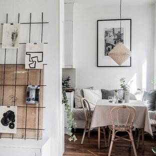 Idéer för nordiska matplatser, med vita väggar, mellanmörkt trägolv och brunt golv