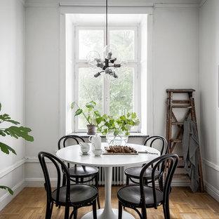 Minimalistisk inredning av en matplats, med vita väggar och mellanmörkt trägolv