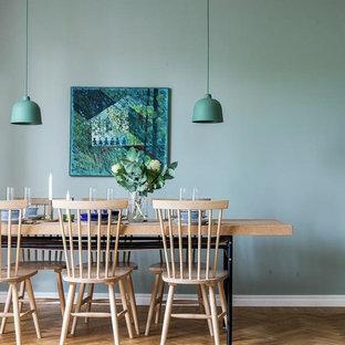 Exempel på en mellanstor minimalistisk matplats, med gröna väggar, mellanmörkt trägolv och brunt golv