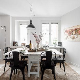 Foto på en mellanstor nordisk separat matplats, med vita väggar, ljust trägolv och vitt golv
