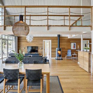 Inspiration för en stor maritim matplats med öppen planlösning, med bruna väggar, mellanmörkt trägolv och brunt golv