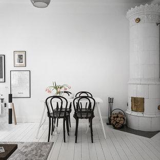 Idéer för en mellanstor nordisk matplats med öppen planlösning, med vita väggar, målat trägolv, en öppen vedspis, en spiselkrans i trä och vitt golv