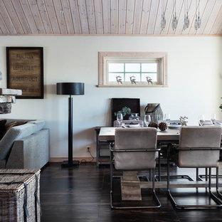 Exempel på en nordisk matplats, med vita väggar och brunt golv