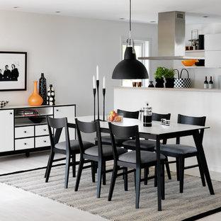 Diseño de comedor de cocina nórdico, de tamaño medio, sin chimenea, con paredes blancas y suelo de piedra caliza