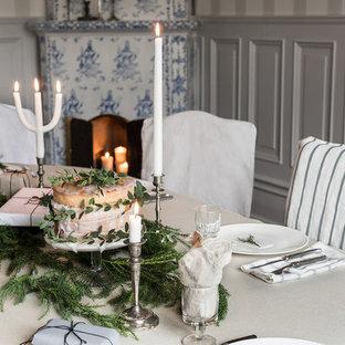 Exempel på en nordisk matplats, med grå väggar, en öppen hörnspis och en spiselkrans i trä