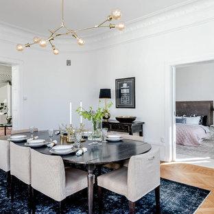 Idéer för att renovera en minimalistisk separat matplats, med vita väggar, ljust trägolv och beiget golv